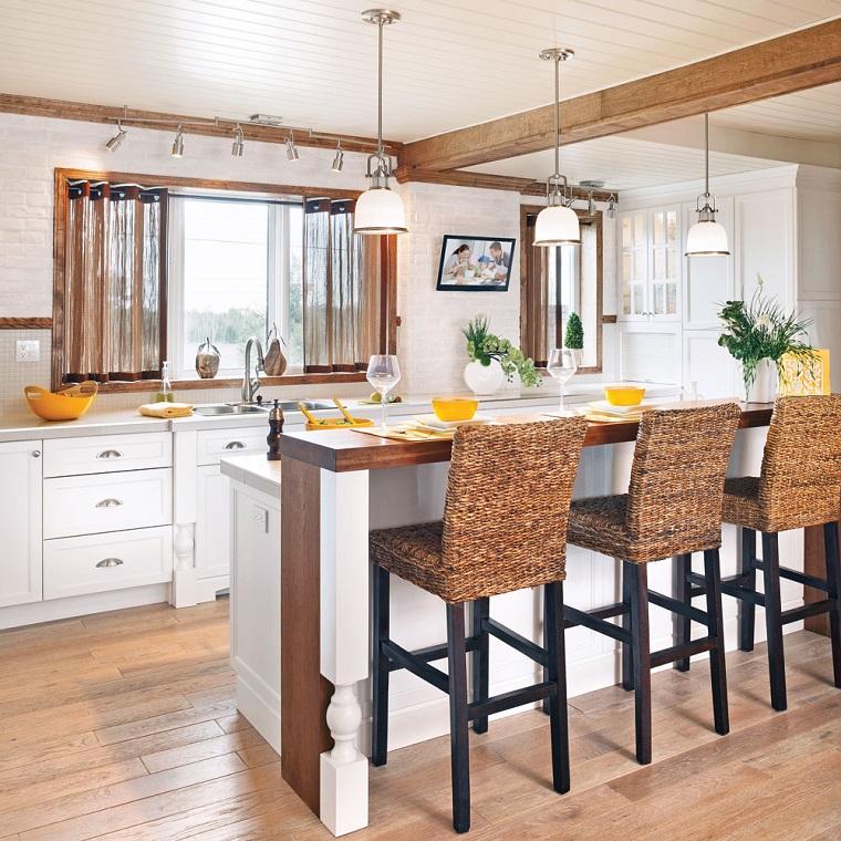 travi-in-legno-cucina-isola-sgabelli-alti