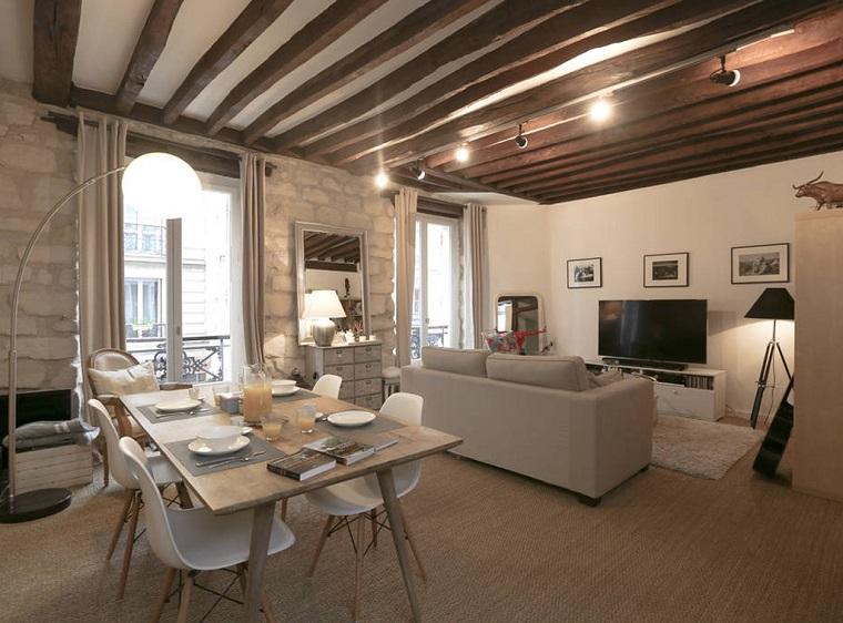travi-legno-soffitto-bianco-illuminazione-moderna