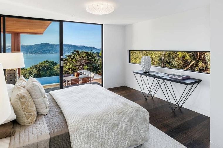 Camera con vista, pareti di colore bianco, finestra nella parete, colori camera da letto
