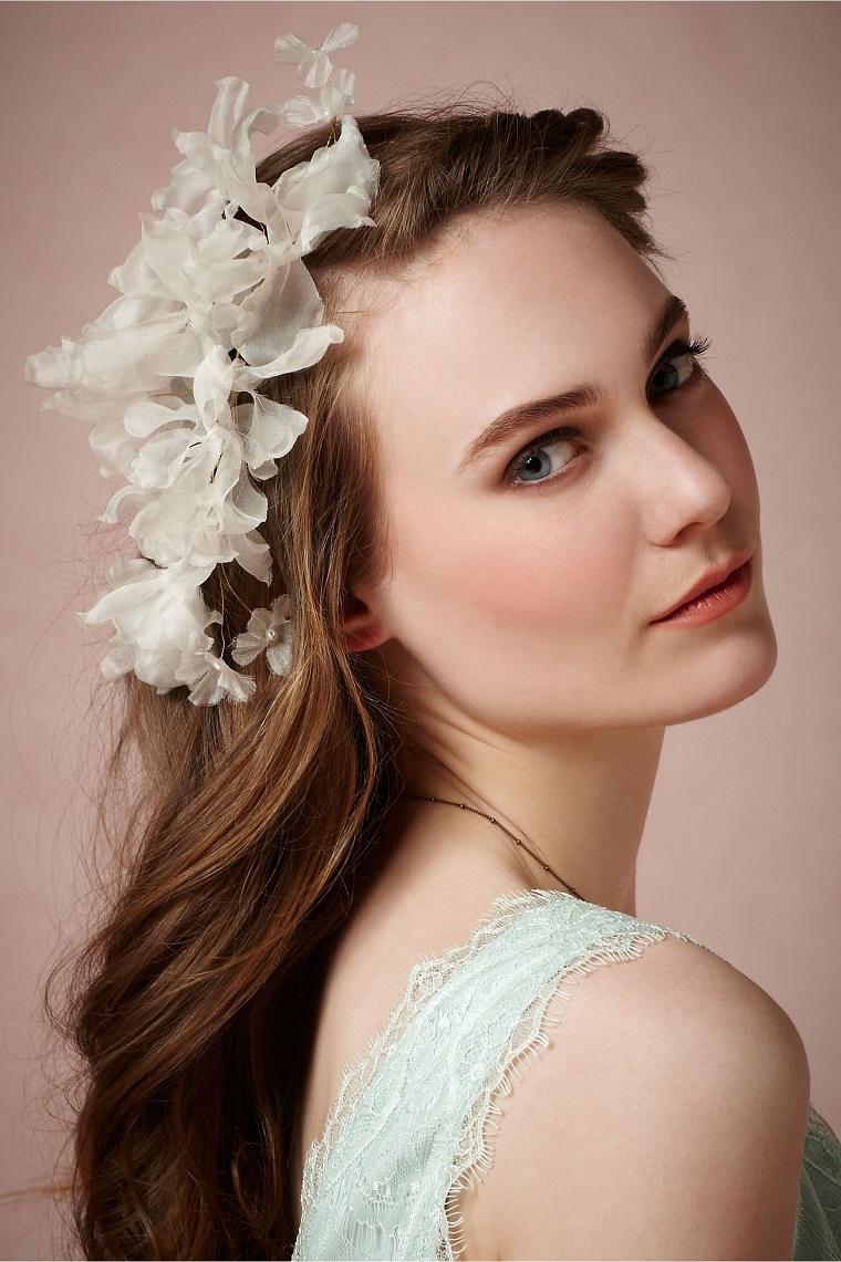 acconciatura-sposa-capelli-sciolti-fermaglio-fiori
