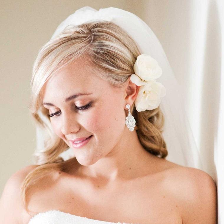 acconciatura-sposa-capelli-sciolti-velo-fiore-laterale