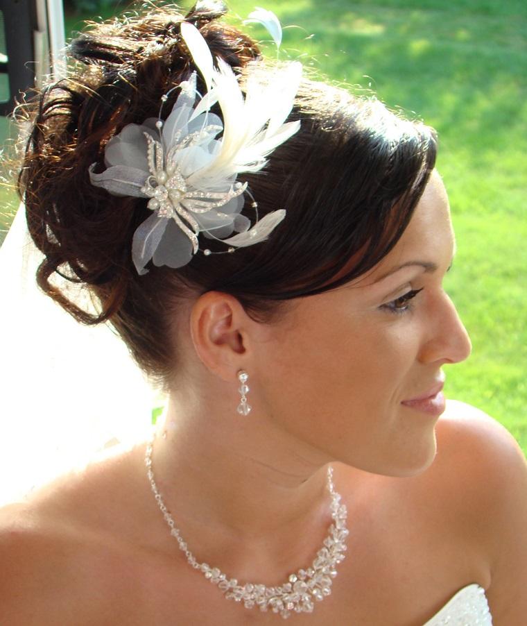 acconciatura-sposa-raccolto-alto-fermagio-fiori-perle