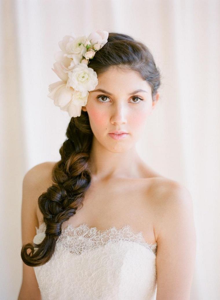 acconciatura-sposa-treccia-fiori-laterali
