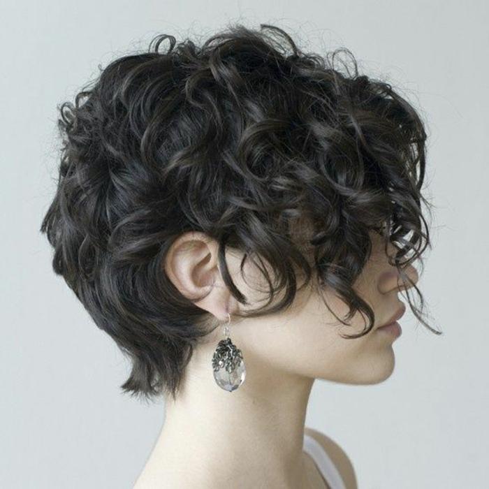 acconciature-capelli-corti-look-ricci-taglio-corto-trend-della-stagione-idee-bellezza-capelli-raccolti