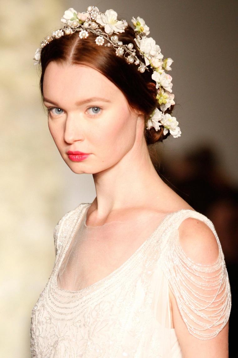 acconciature-da-sposa-coroncina-fiori Acconciature sposa  cento look da  favola per il giorno più bello! 932394813eb