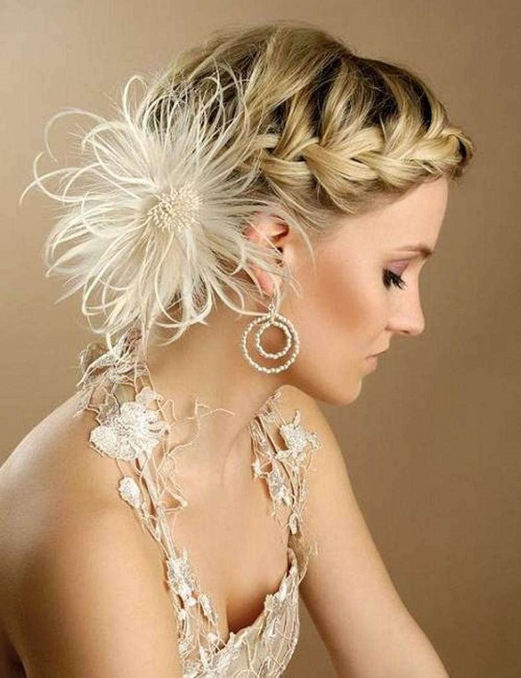 acconciature-da-sposa-raccolto-fiore-piume