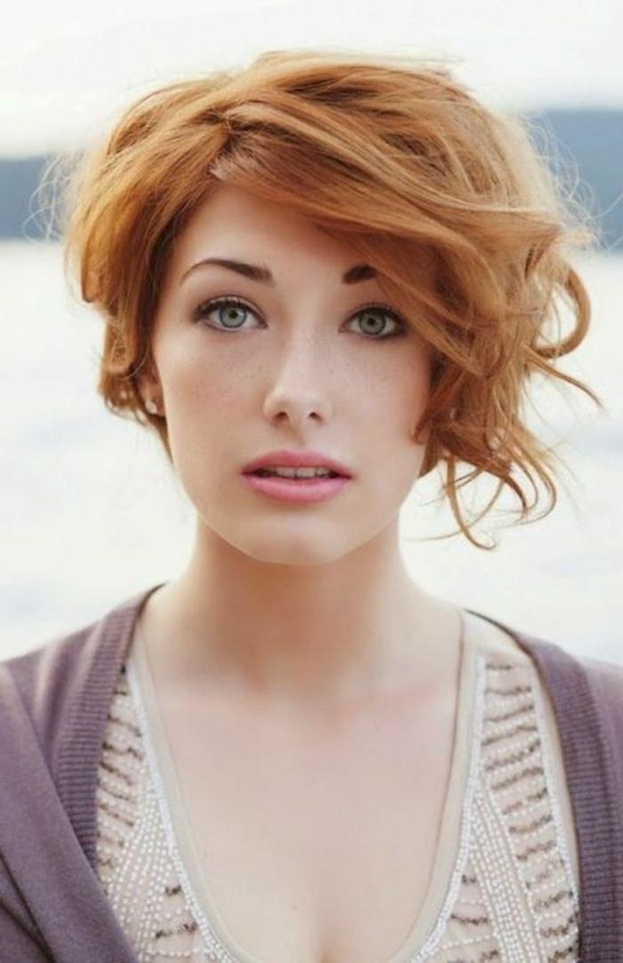 acconciature-per-capelli-corti-rossi-taglio-capelli-effetto-naturale-gel-ovale-faccia-stagione-vestito-maglia-grigia-ragazza-femminili-donna