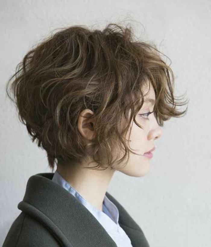 acconciature-per-capelli-corti-taglio-capelli-effetto-naturale-gel-ovale-faccia-stagione-vestito-maglia-grigia-ragazza-femminili-donna