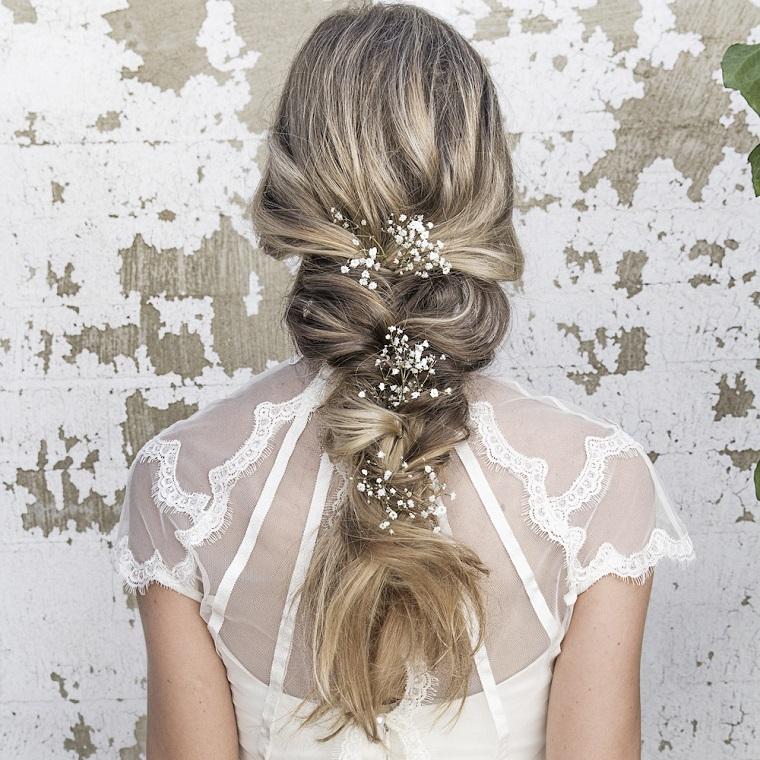 acconciature-sposa-treccia-morbida-fiori