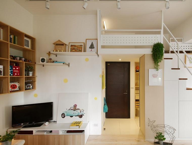 appartamento con soppalco scale soggiorno mensole pavimento legno parquet