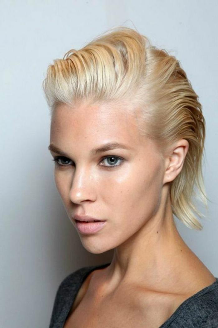 biondi-capelli-corti-taglio-capelli-effetto-bagnato-gel-ovale-faccia-stagione-vestito-maglia-grigia-ragazza-femminili-donna