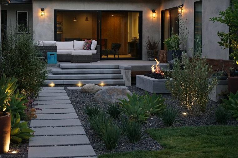 camminamento giardino con lastre di cemento illuminazione giardino con faretti