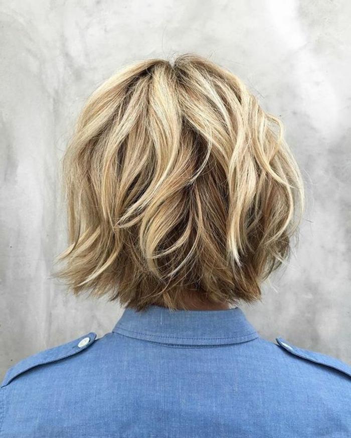 capelli-corti-biondi-taglio-capelli-effetto-naturale-gel-ovale-faccia-stagione-vestito-maglia-grigia-ragazza-femminili-donna