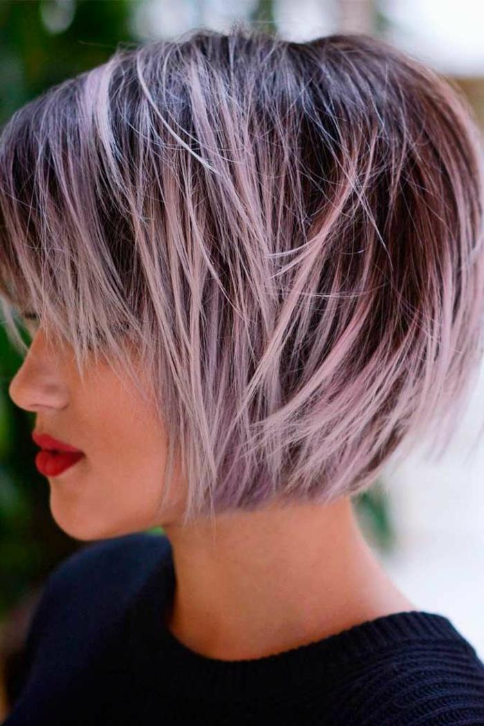 capelli-corti-donna-tagli-2017-capelli-effetto-naturale-viola-ovale-faccia-stagione-vestito-maglia-grigia-ragazza-femminili-donna