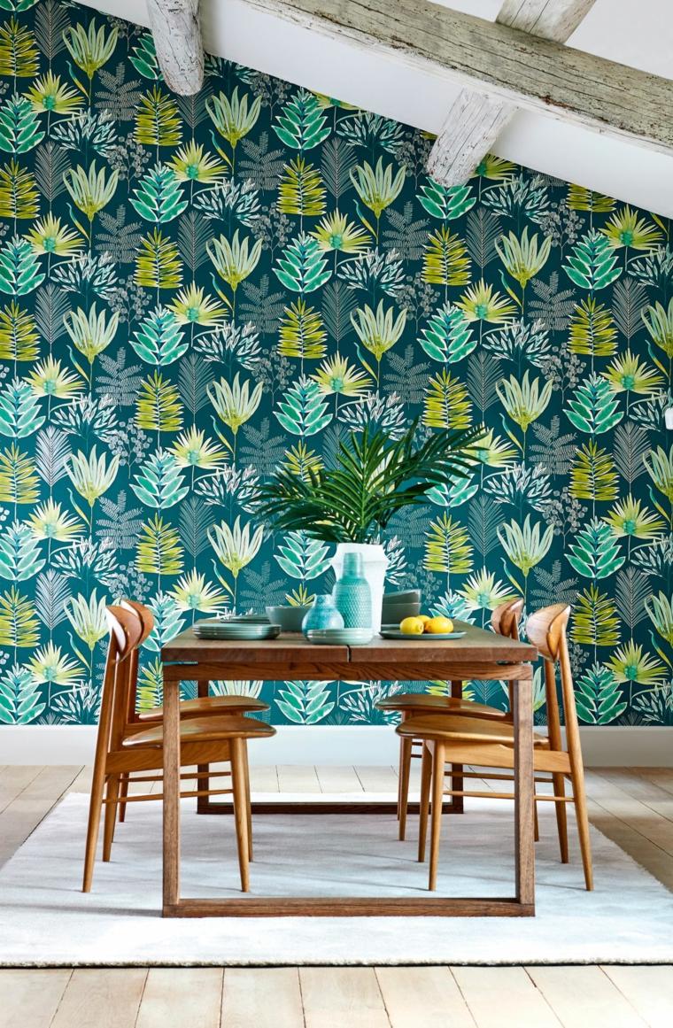 carta da parati stile jungle tavolo da pranzo legno sedie soffitto travi legno tappeto