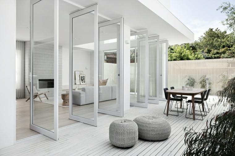 casa con giardino pavimentato in legno arredo con tavolo da pranzo da esterno