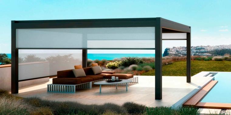 casa con piscina giardino con pergola arredo esterno con divano angolare