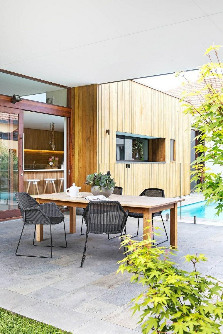 come arredare un giardino pavimentato mobili in legno e rattan set tavolo da pranzo da esterno