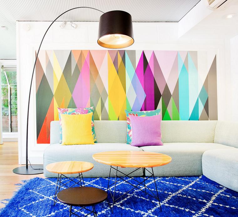 come arredare una casa piccola con soppalco soggiorno divano tavolino legno lampada parete pannello