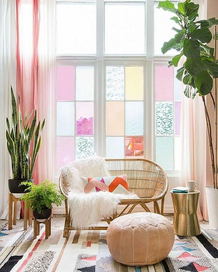 come arredare una casa piccola moderna divano rattan legno pouf vasi piante foglia verde appartamento