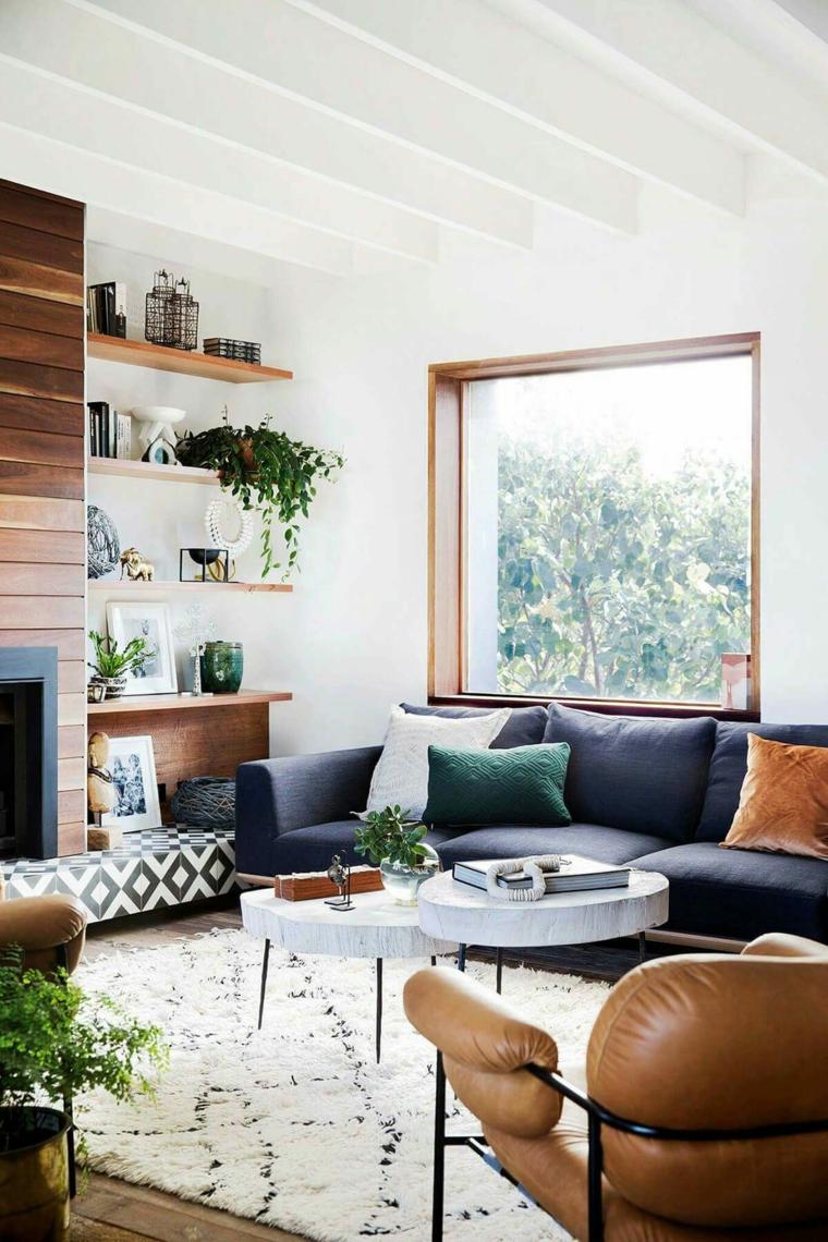 come arredare una casa piccola soggiorno divano blu sedie pelle mensole legno vasi piante