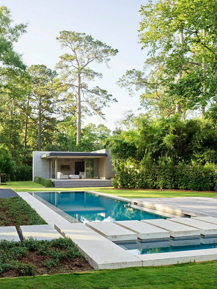 come progettare un giardino rettangolare casa con piscina e prato verde