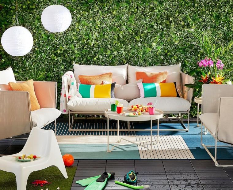 come progettare un giardino rettangolare mobili in metallo con cuscineria bianca