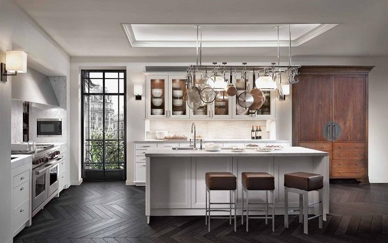 cucina bianca classica-isola-sgabelli