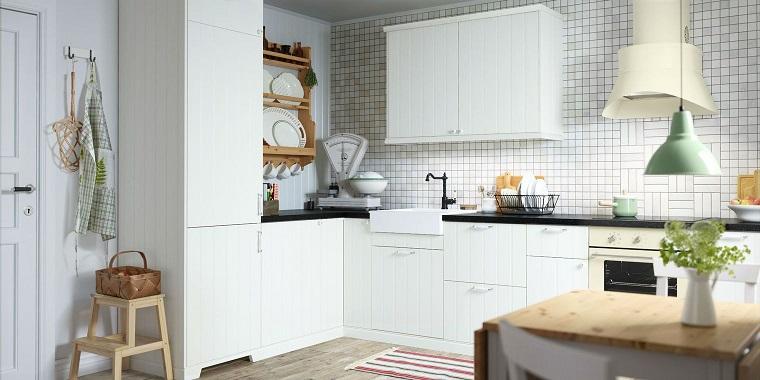 cucina bianca classica-parete-mattonelle