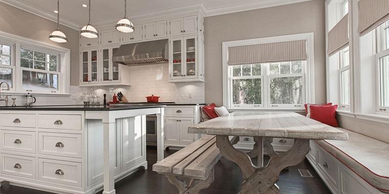 cucina bianca classica-tavolo-legno-grezzo