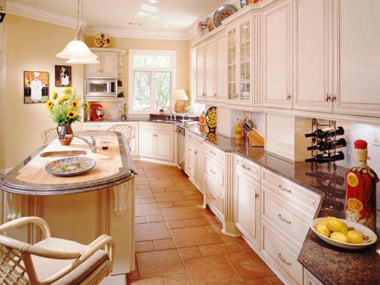 cucina-rustica-mobili-bianchi-top-marmo