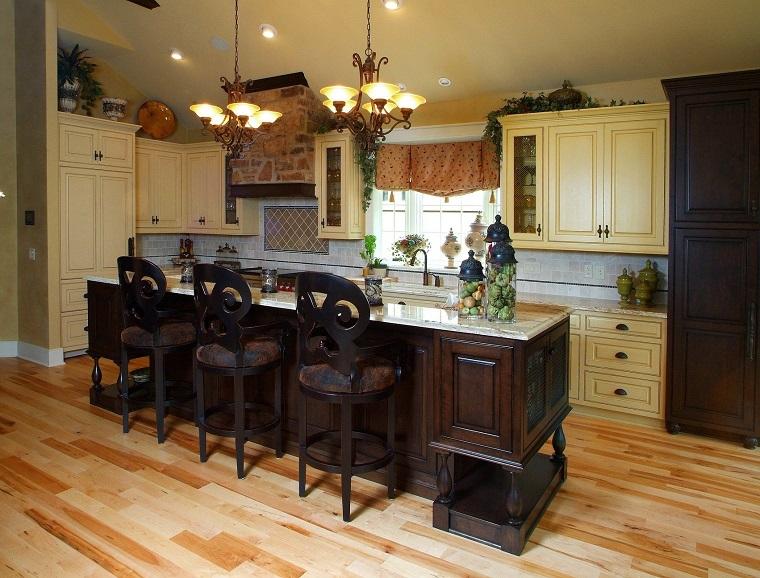 cucina-rustica-mobili-chiari-isola-scura