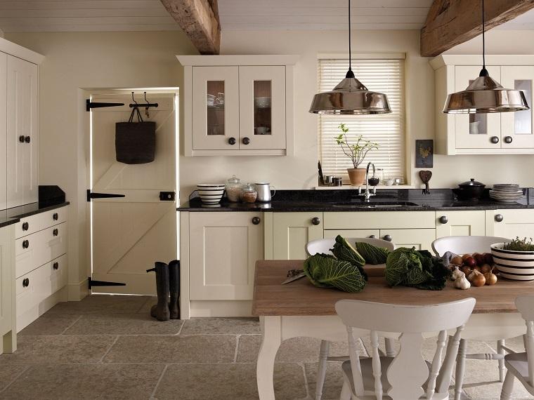cucina stile inglese-mobili-bianchi-top-nero