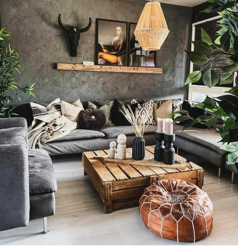 decorazioni soggiorno jungle tavolino tavolo pallet divano grigio lampadario mensola quadri