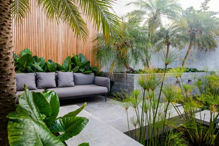 divano grigio da esterno decorazione giardino minimal con piante verdi