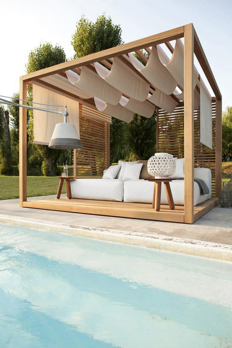 giardini moderni con piscina arredo con pergola in legno e divano bianco