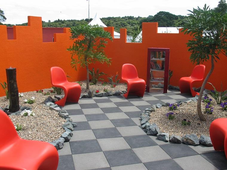 giardino-moderno-proposta-sedie-rosse