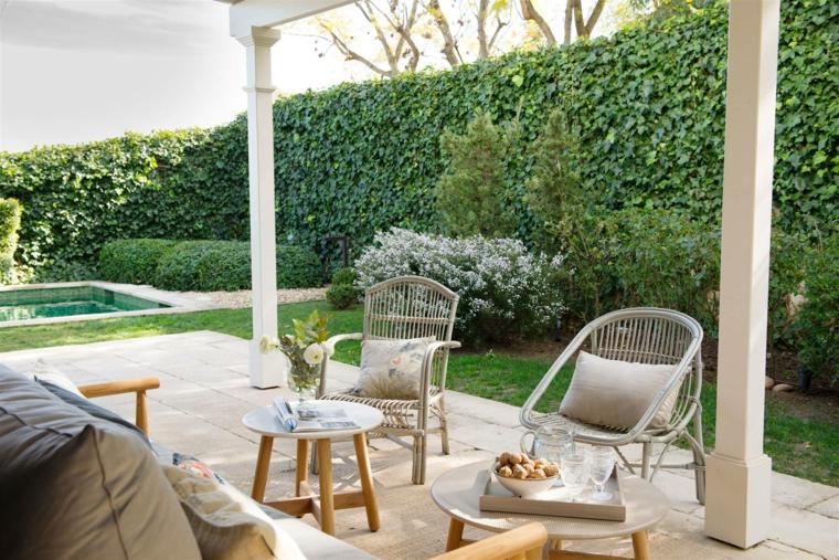 idee giardino piccolo moderno arredo esterno con mobili in legno recinzione con piante