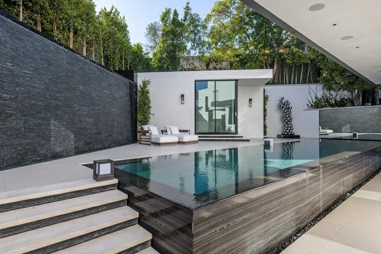 idee giardino piccolo moderno piscina a vista con scalini arredo con sdrai