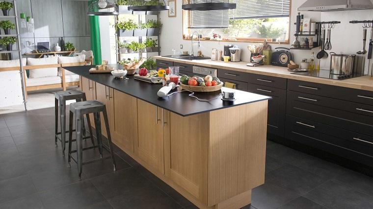 isola centrale cucina-marrone-nera