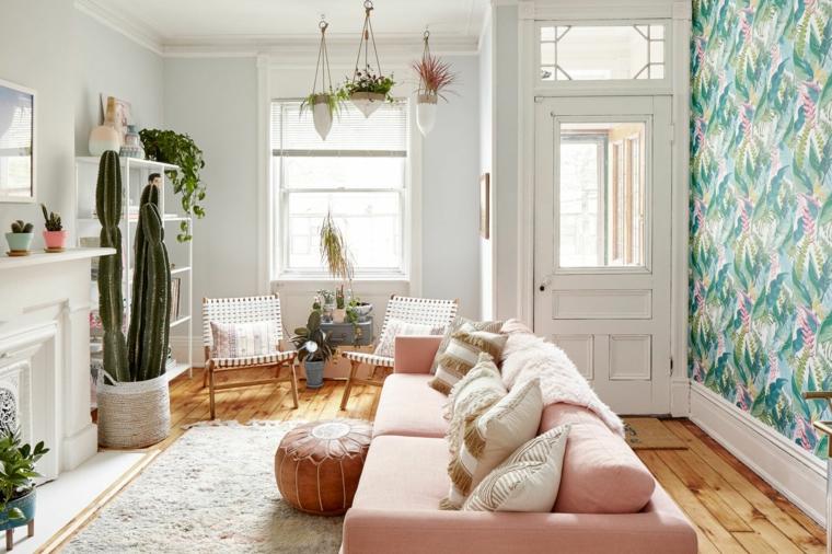 jungle design soggiorno idee arredamento monolocale divano rosa camino parete carta da parati vasi piante grasse