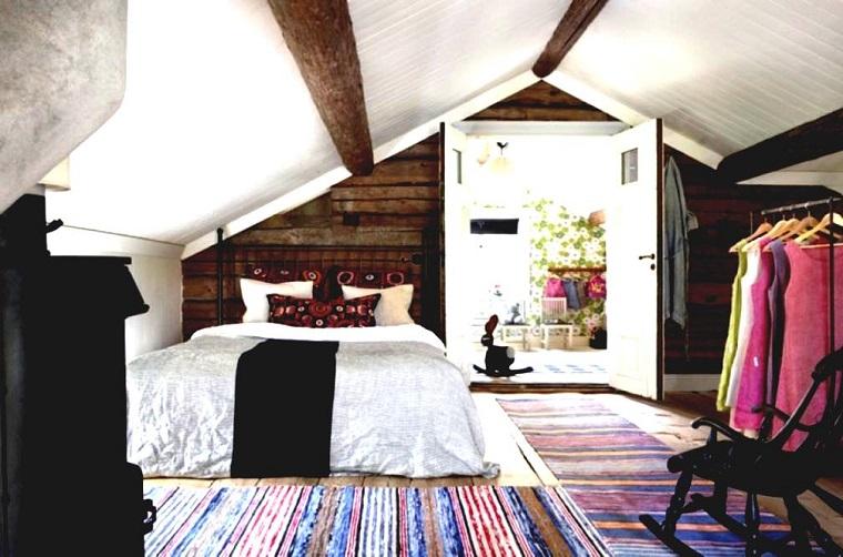 mansarde-in-legno-camera-colori-vivaci