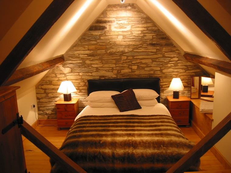 mansarde-in-legno-camera-parete-muratura
