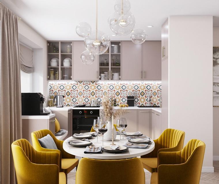 open space cucina sala da pranzo sedie gialle arredare monolocale tende rosa