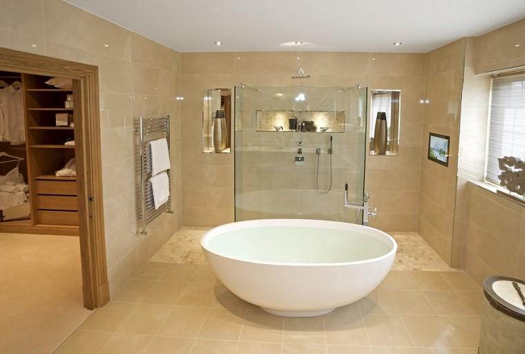 parete-beige-bagno-vasca-freestanding