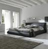parete-grigia-camera-letto-ampia