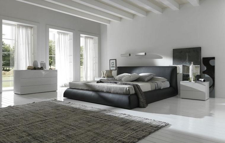 parete grigia-camera-letto-ampia