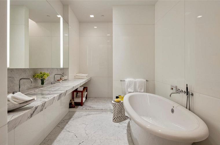 piastrelle bagno moderno-bianco-venature-grigie