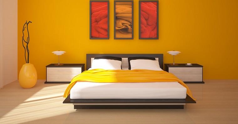 pittura pareti camera da letto-gialla-quadri
