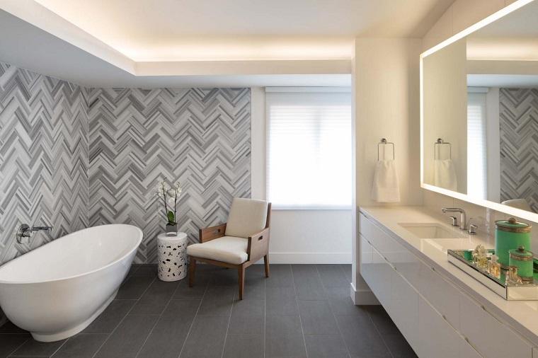rivestimento-bagno-moderno-decorazioni-bianche-grigie